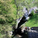 Reisegruppe vor Höhlenkarst